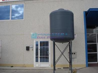 Depósitos verticales con patas metálicas: Servicios y Productos de Poliéster Luis Pino