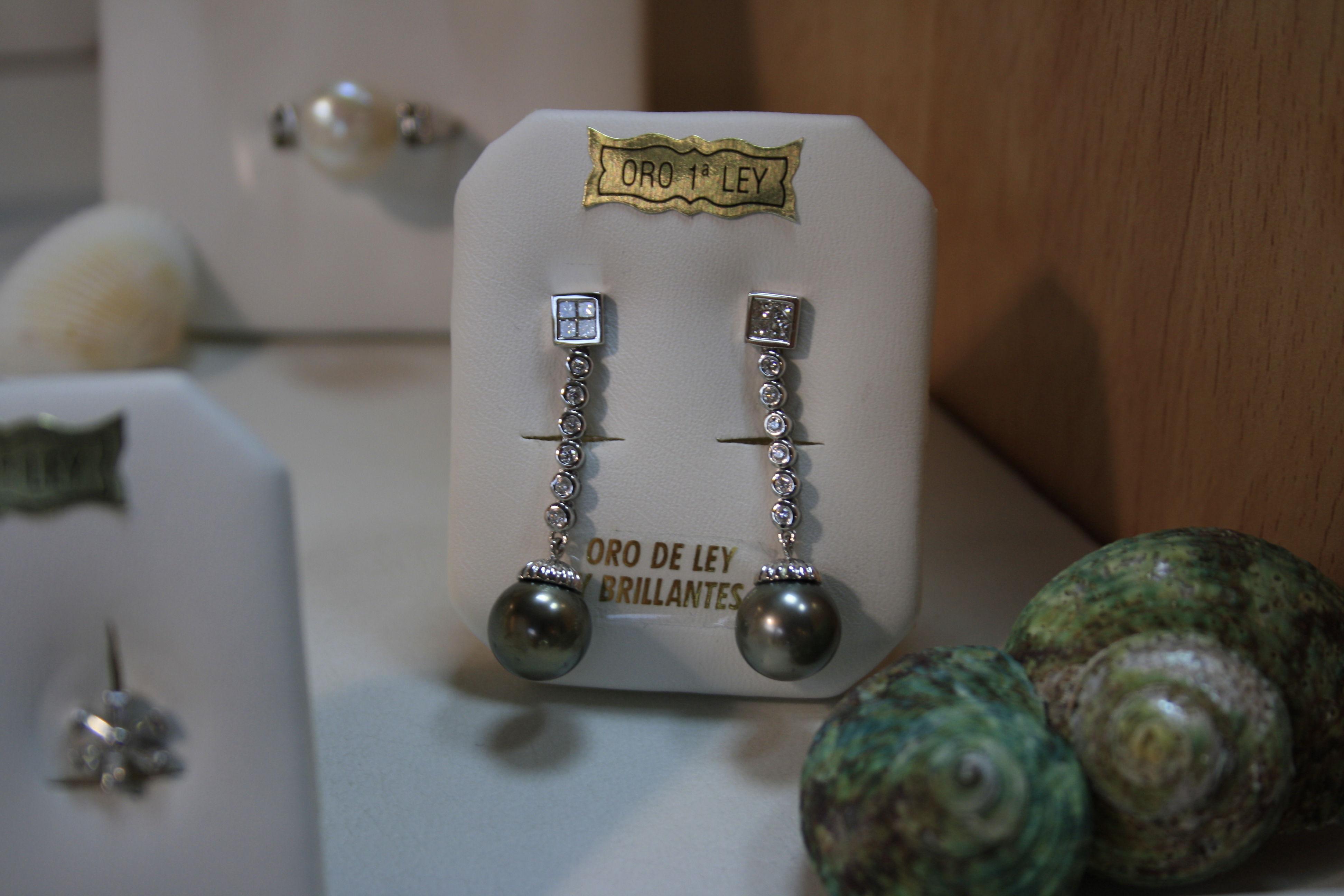 Pendientes de oro blanco, brillantes y perlas negras de Taití