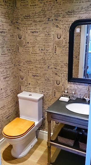 Tapizado de paredes en aseo