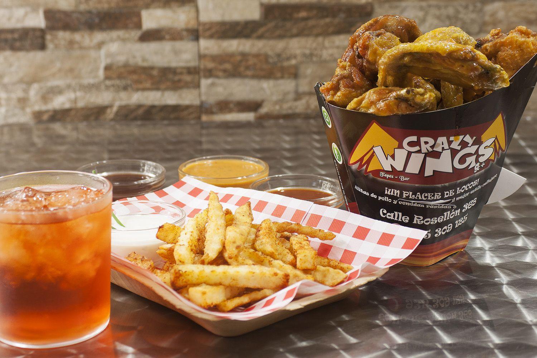 Alitas de pollo con patatas y bebida