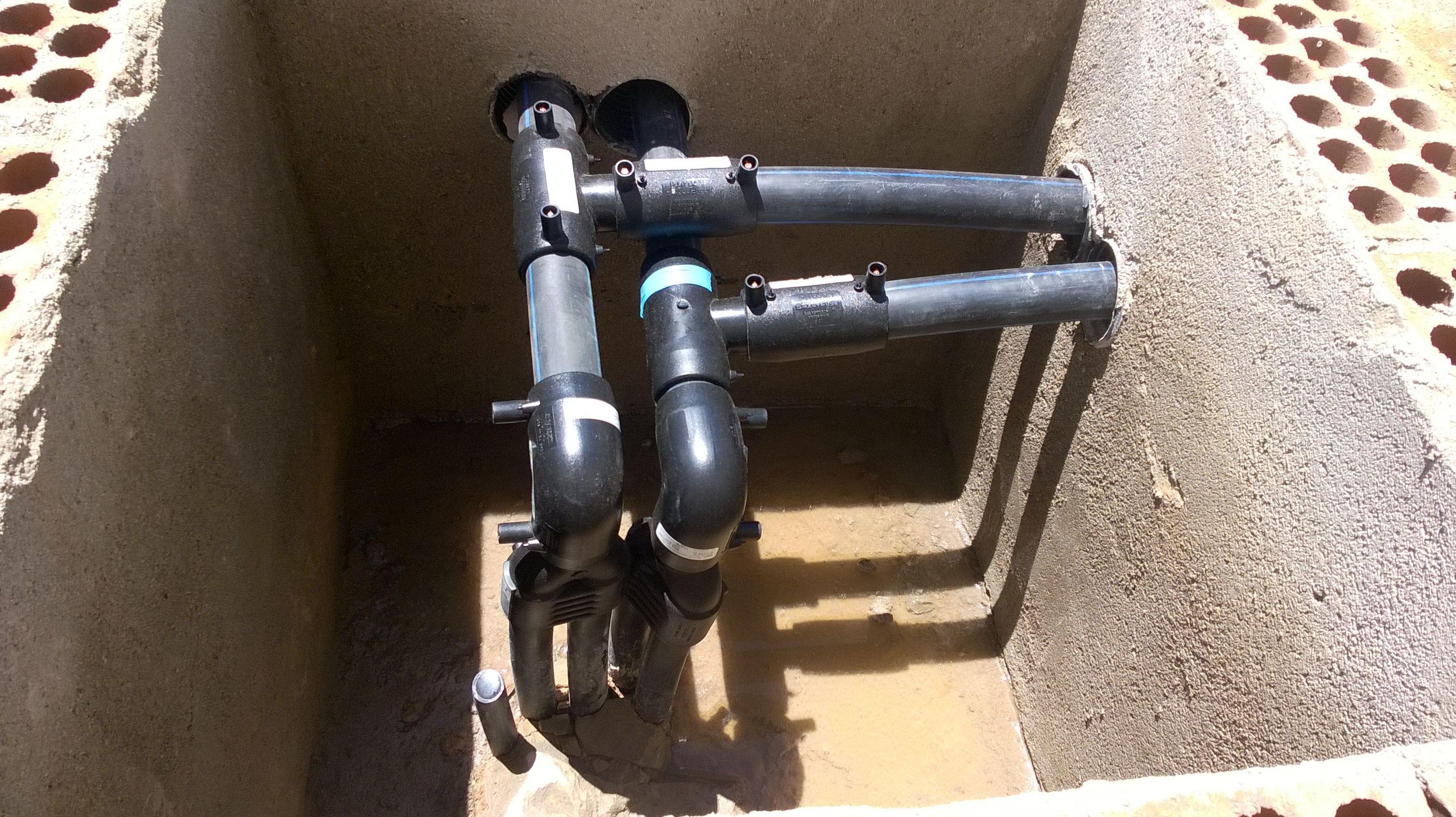 Colector en arqueta de pozo de geotermia.