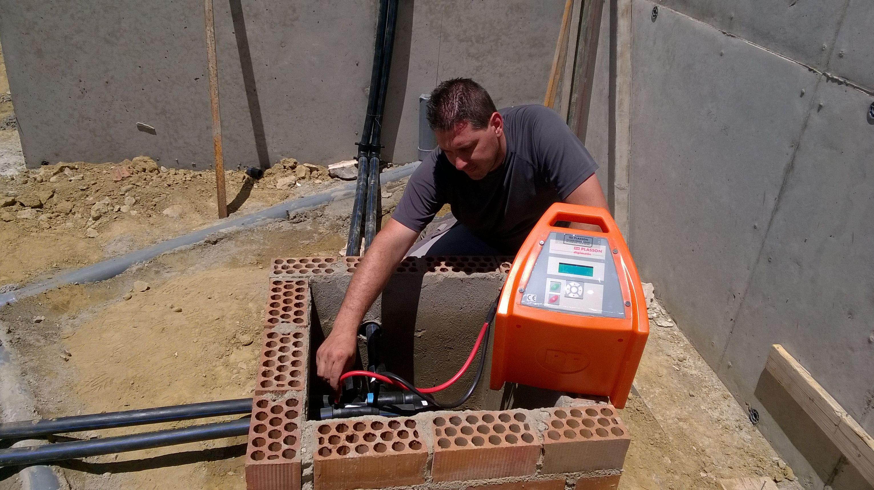 Soldando politileno en instalacion de geotermia.