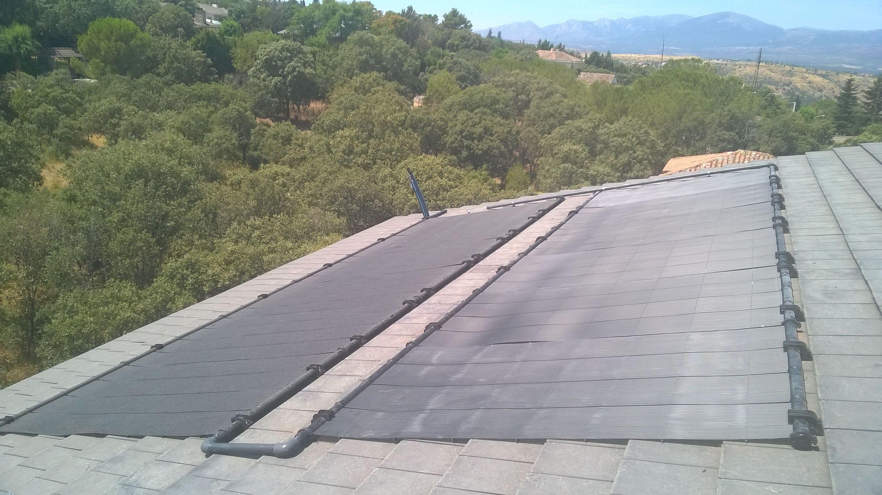 Placas solares para calentamiento de piscina.