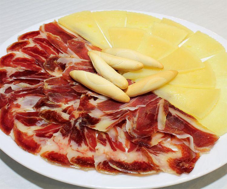 Saborea el queso y jamón de nuestras raciones