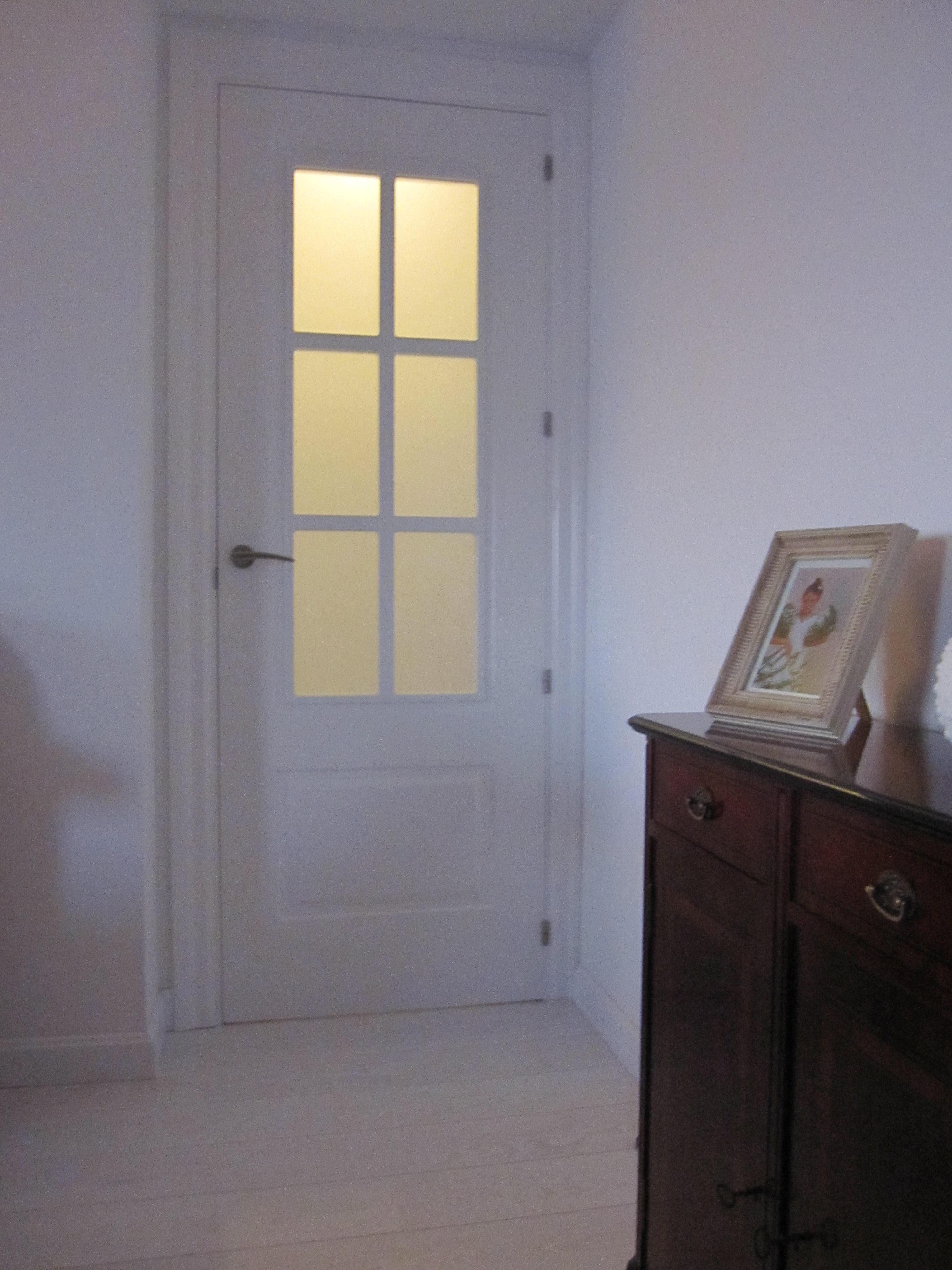 Puerta en salon con cuatro cristales, lacada en blanco