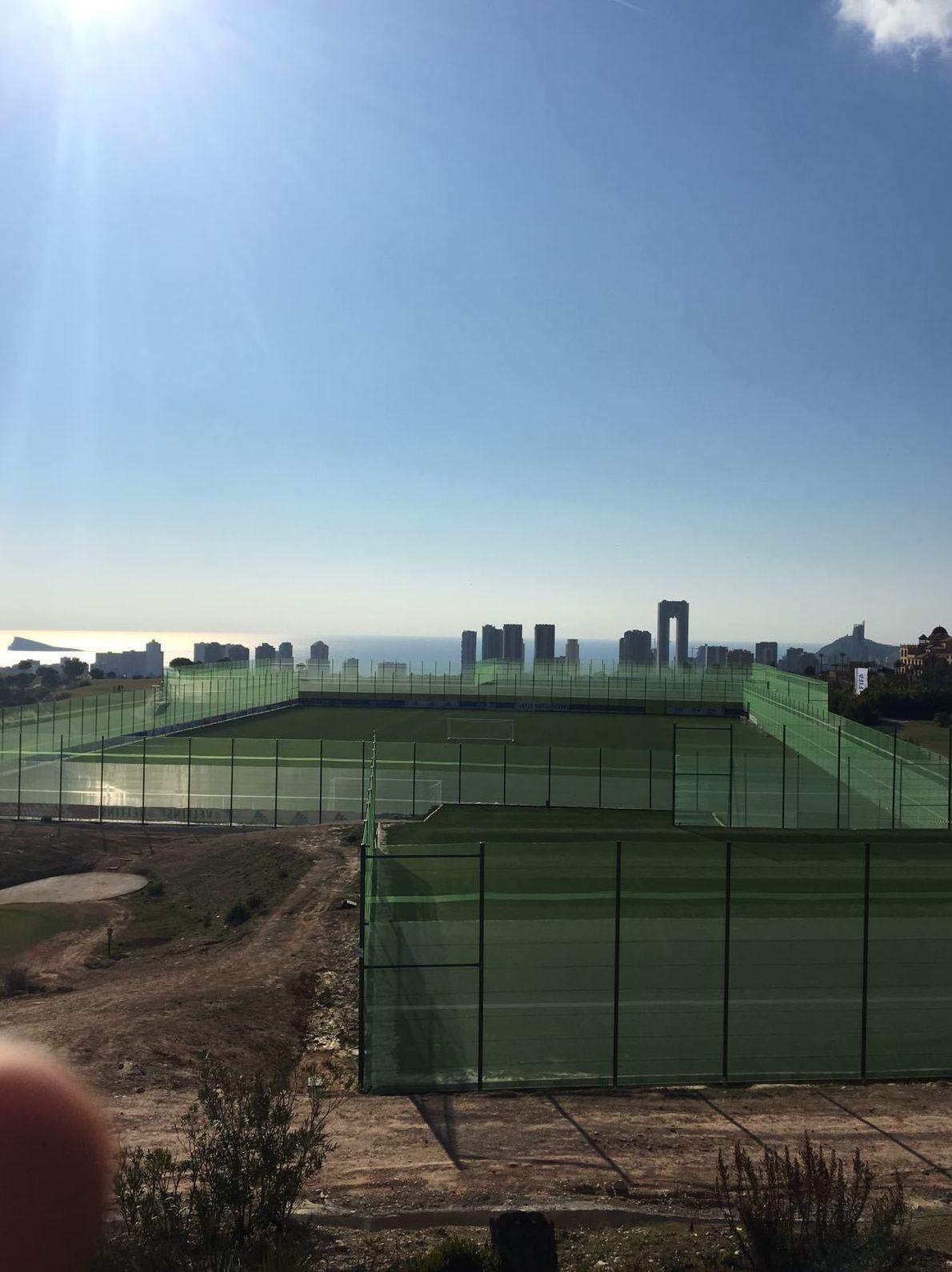 cortavientos en campo de futboll =  para cortar el aire y para balones