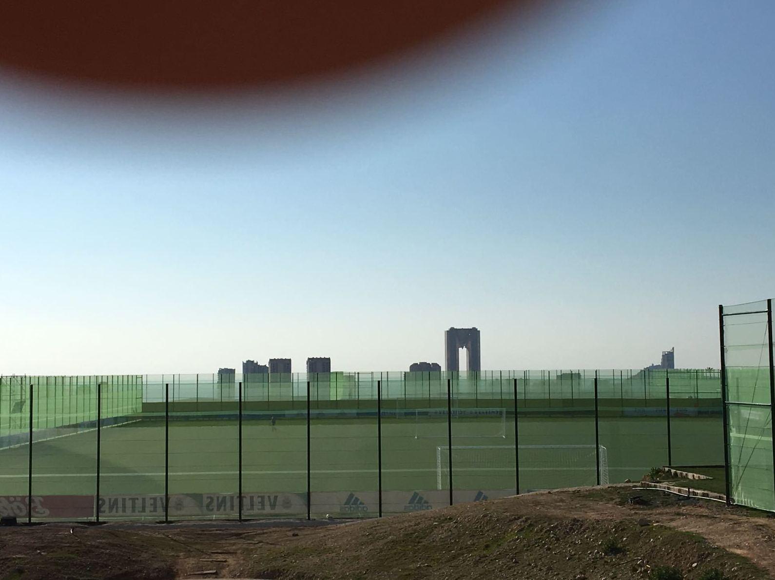 cortavientos en campo de futboll  en hotel melia villaitana  ( benidorm)