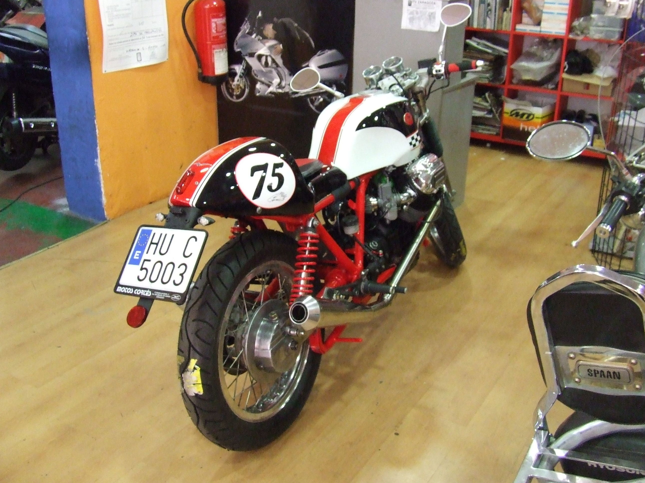 Venta y colocación de neumáticos de moto: Productos y servicios de Motos Cortés
