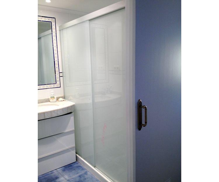 Cierre de ducha con vidrio laminado mate y guía autoportante