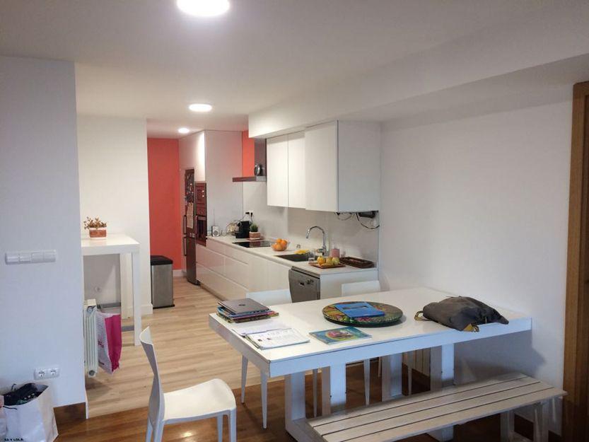 Separación de cocina y comedor con puerta de cristal corredera, antes