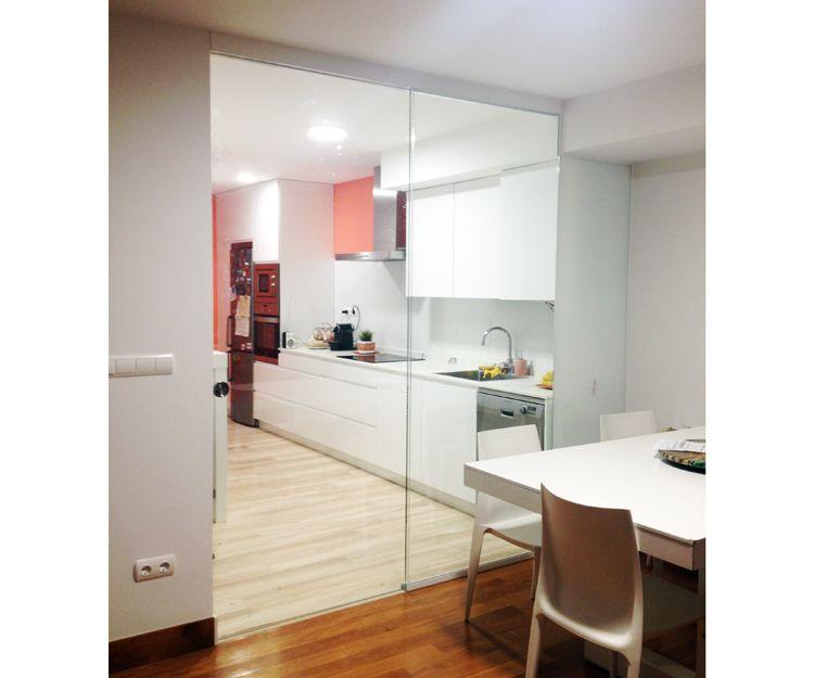 Separación de cocina y comedor con puerta de cristal corredera, después