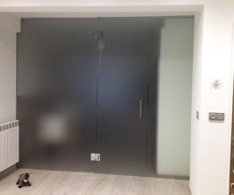 Separación con puerta de aluminio y crista de cocina y salón