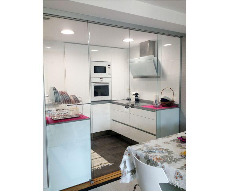 Cierre de cocina con puertas correderas de cristal
