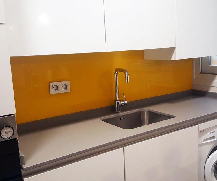 Frente de cocina en vidrio de color amarillo