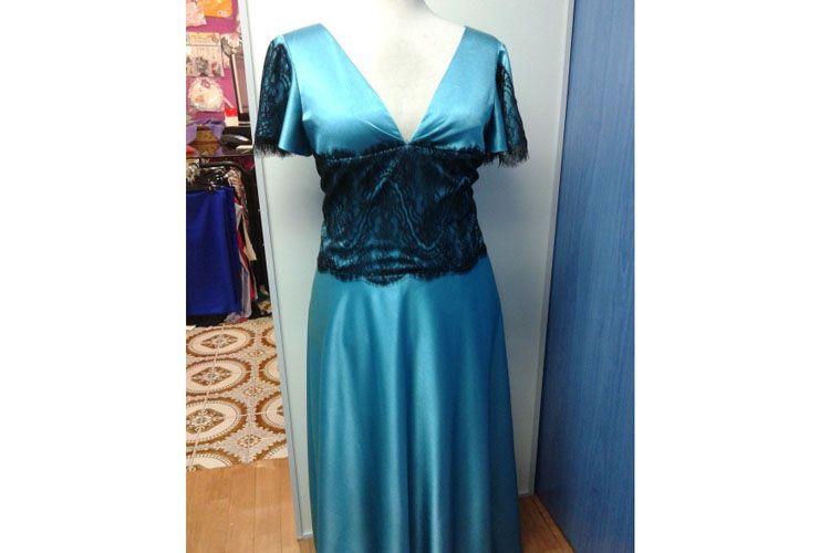 Vestido de fiesta color azul con mangas