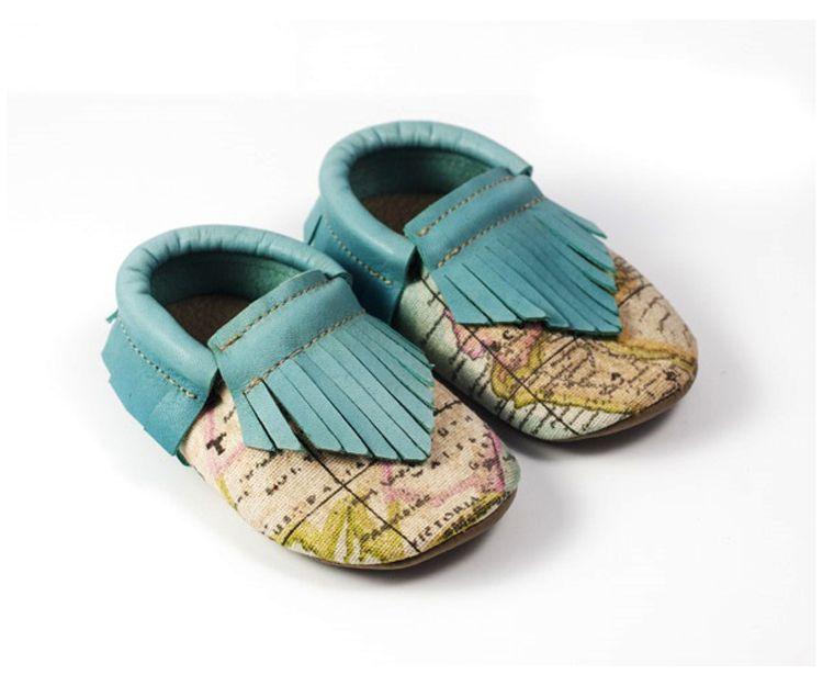 Zapatitos bebé color beig adornado con azul celeste