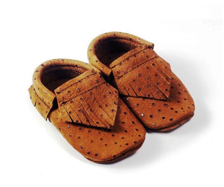 Zapatitos marrón claro, con flequillos estilo indio