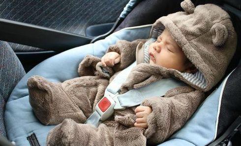 Por qué este bebé no debería viajar nunca así