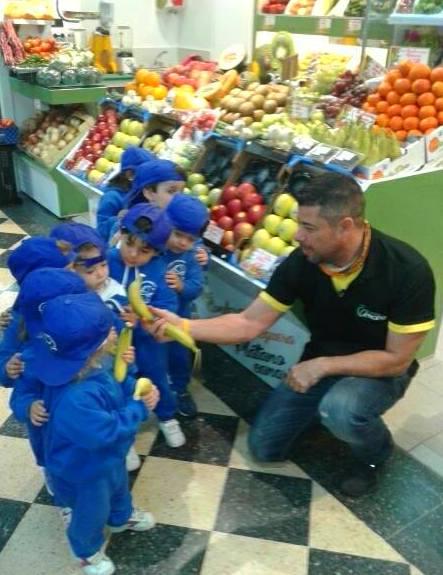 De excursión en el mercado...Nos regalaron un plátano!