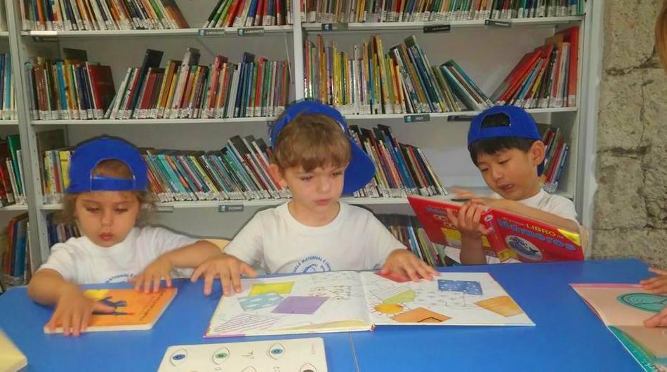 En la biblioteca, disfrutando del placer de la lectura