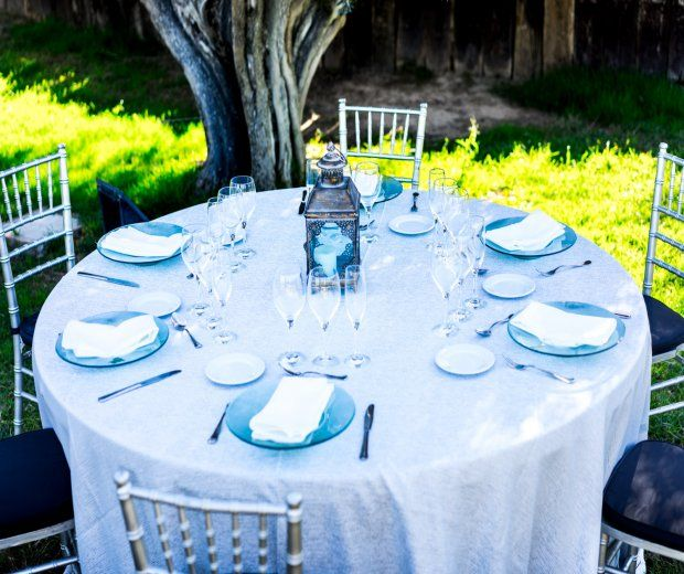 Mantel redondo plateado: Alquiler de Mantelería & Menaje
