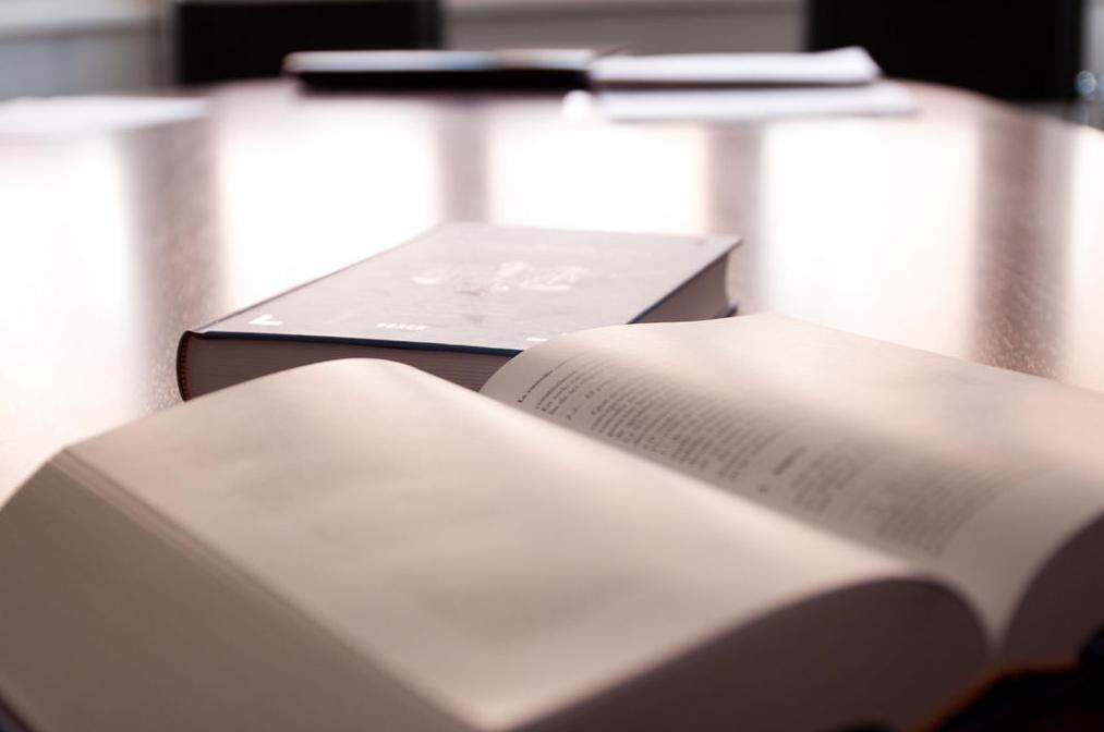 Notario con personal titulado y cualificado
