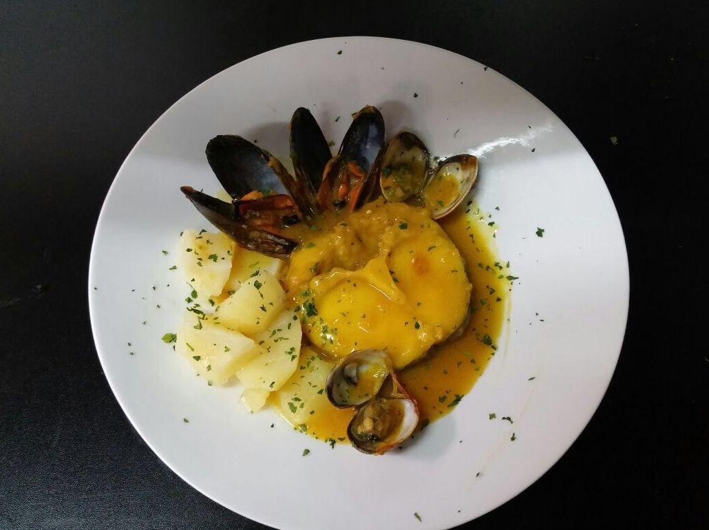 Merluza de pincho de A Coruña con almejas y mejillones