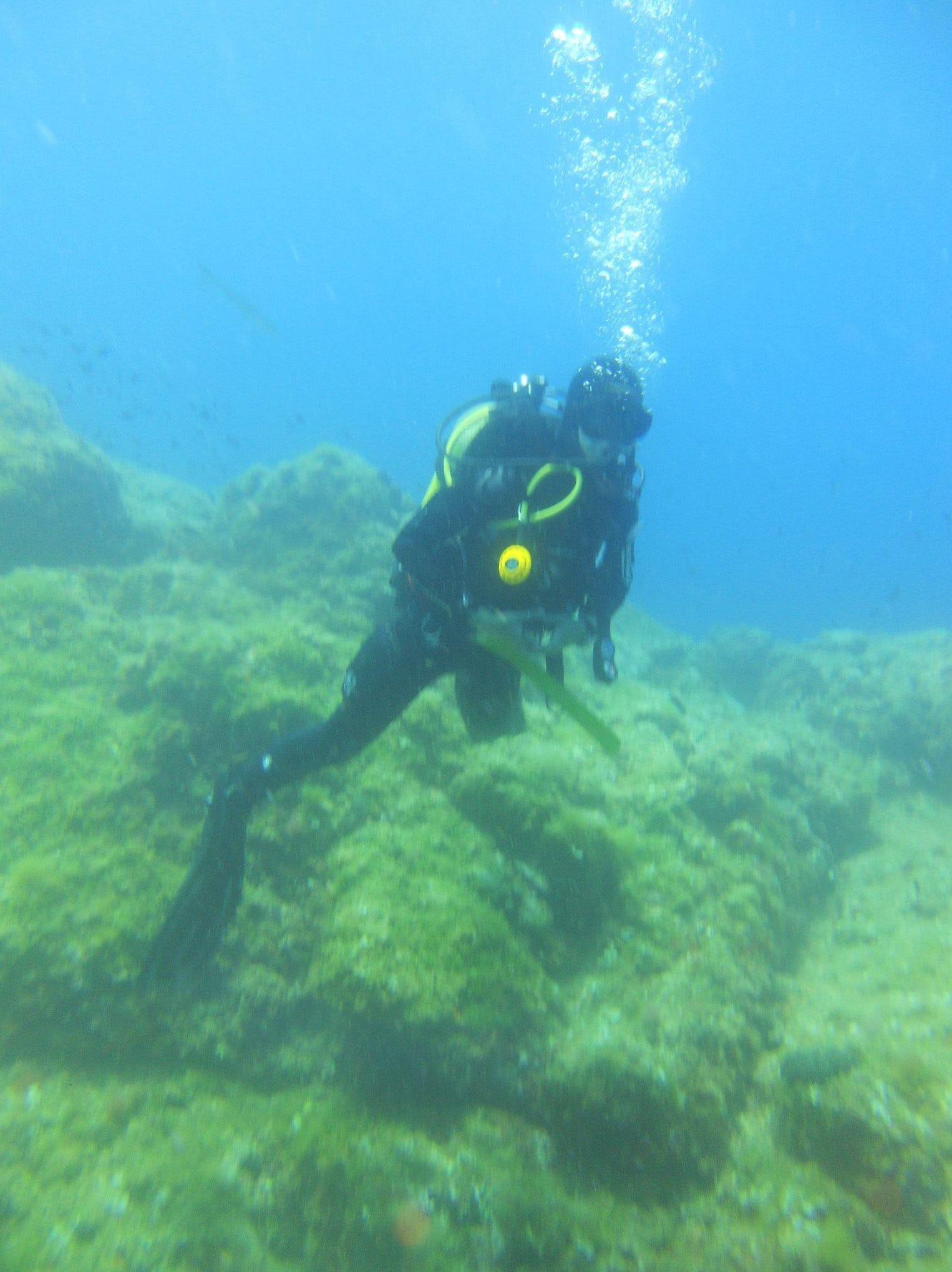 Submarinista fotografiando el fondo marino