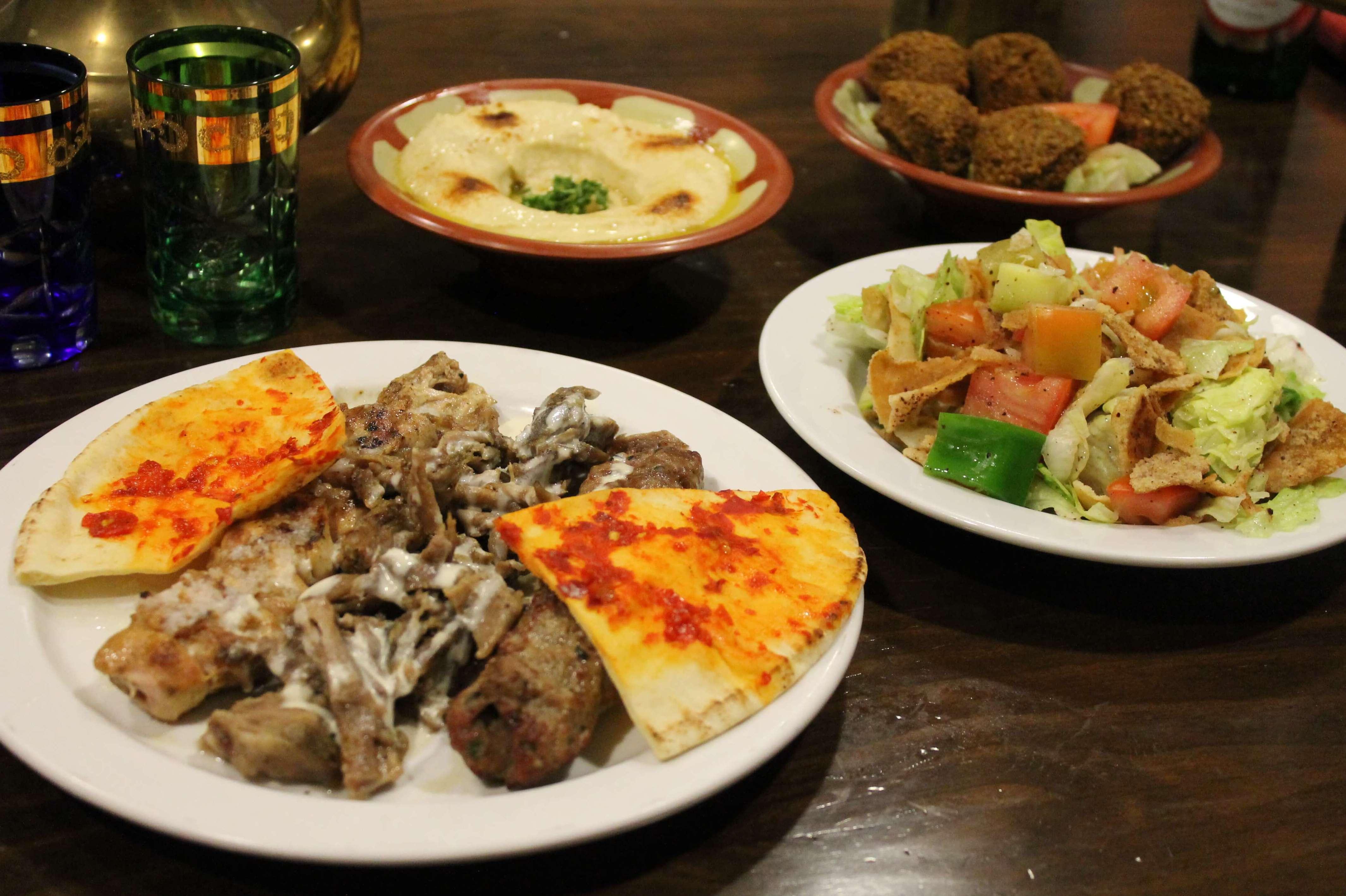 Pincho variado, falafel, hummus, ensalada fatush - Restaurante Mataró - Les Mil i Una Nits