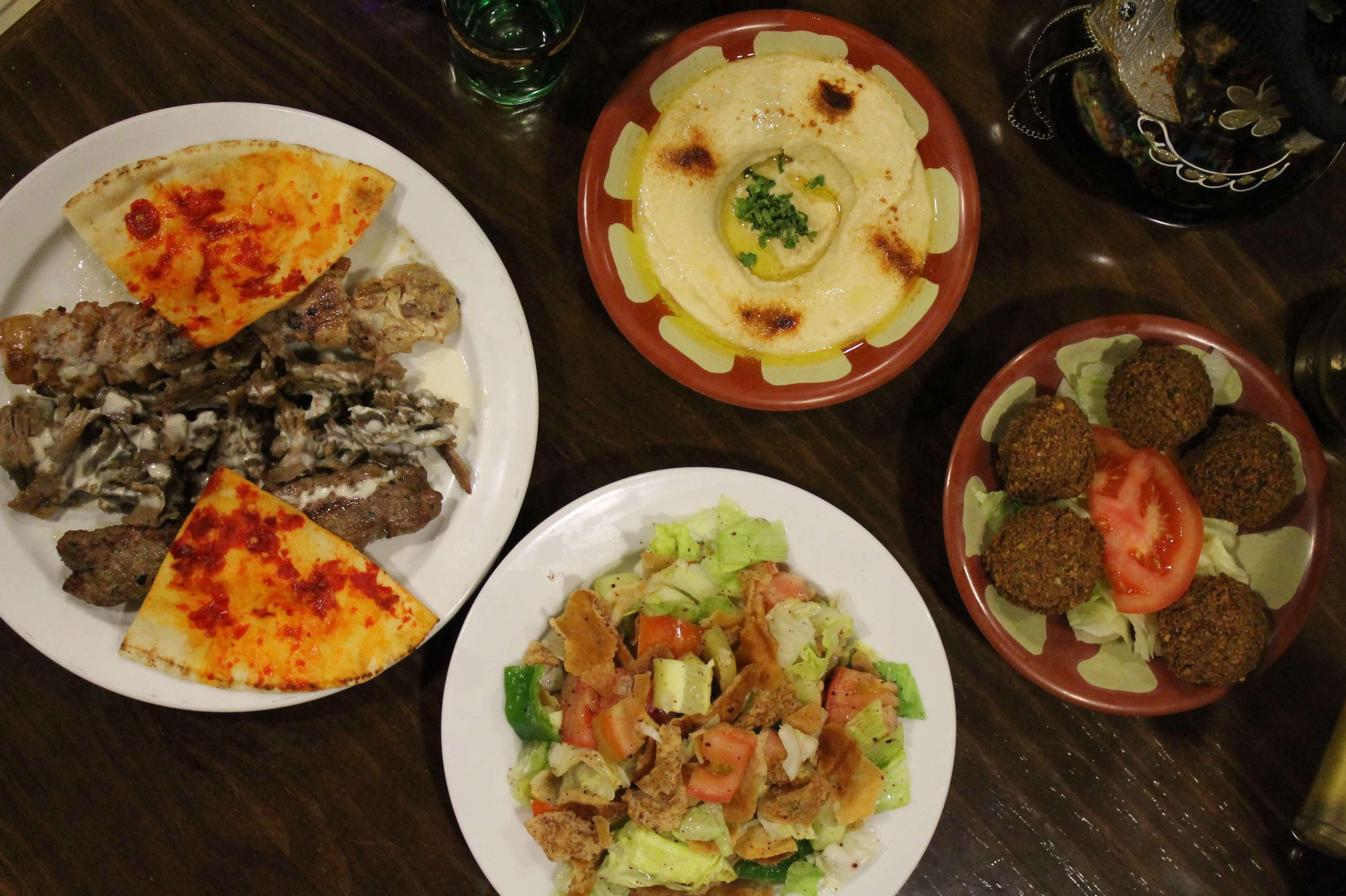 Pincho variado, hummus, ensalada fatush y falafel - Restaurante Mataró - Les Mil i Una Nits