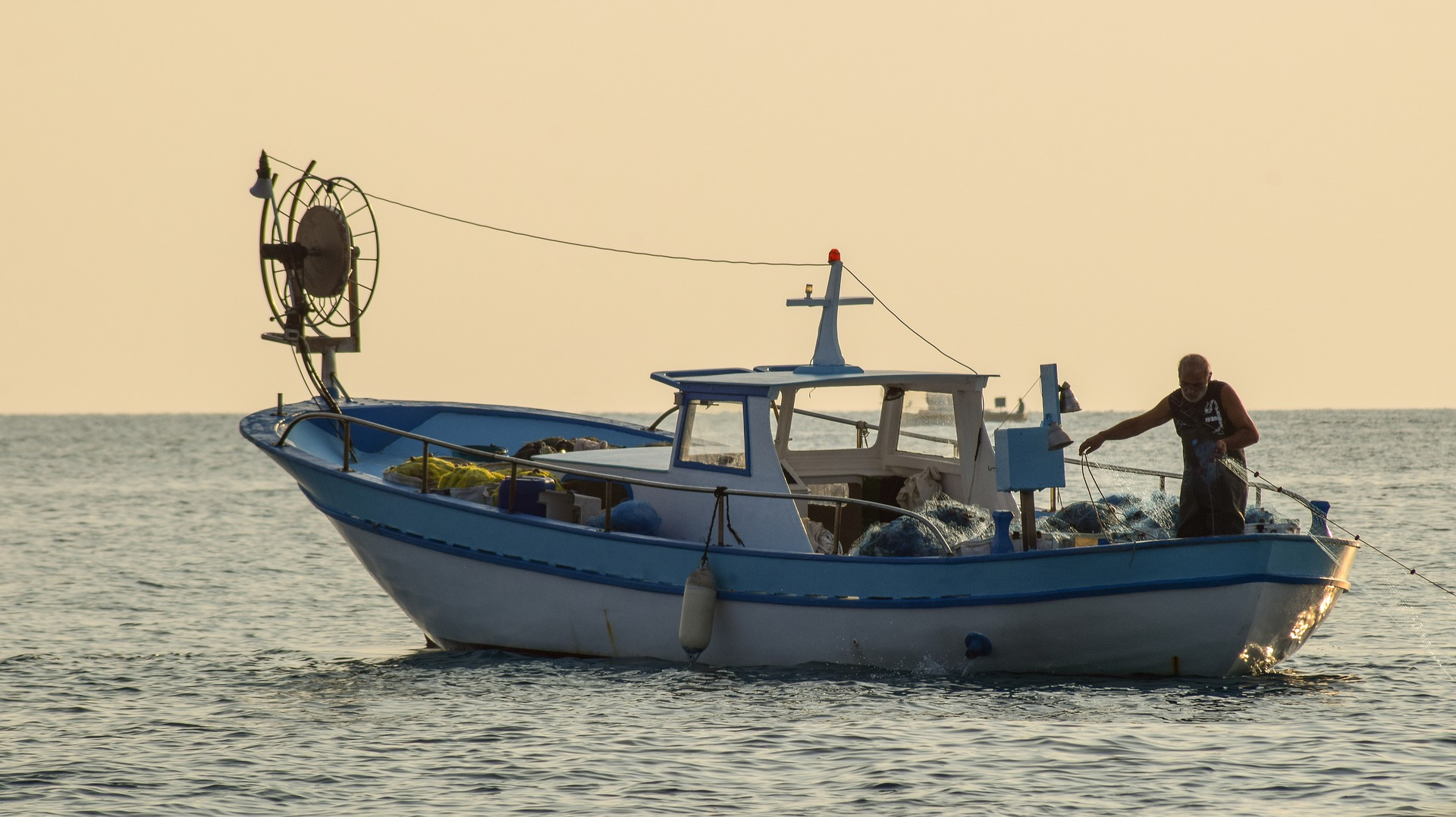 fishing-boat-5736837_1920.jpg