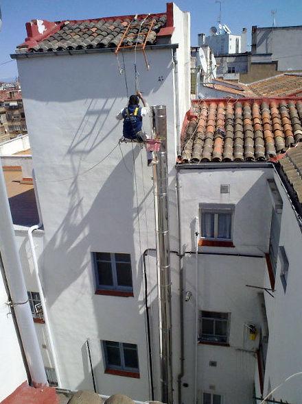 Montaje de chimeneas en fachadas