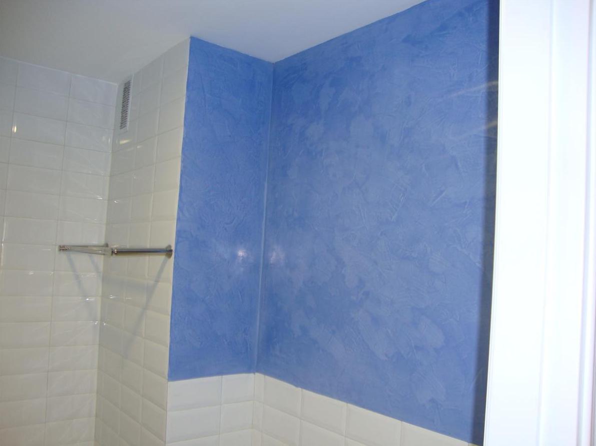 Baño con revestimiento en stucco natural