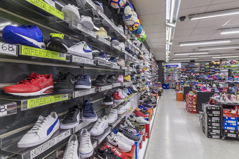 Tienda de deportes con zapatillas de todas las marcas