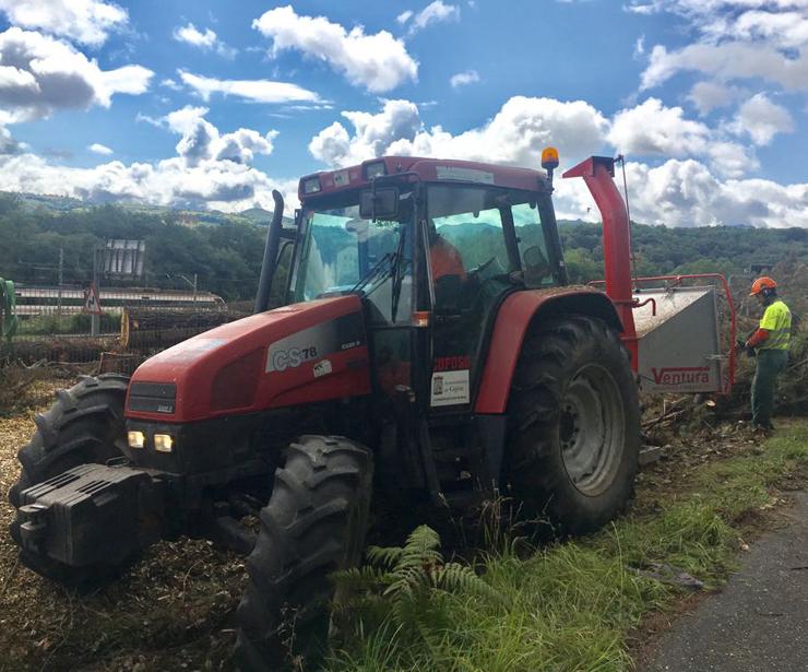 Tractor equipado con trituradora/astilladora