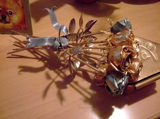 Ramo de rosas de cobre y zinc con lazo de plomo