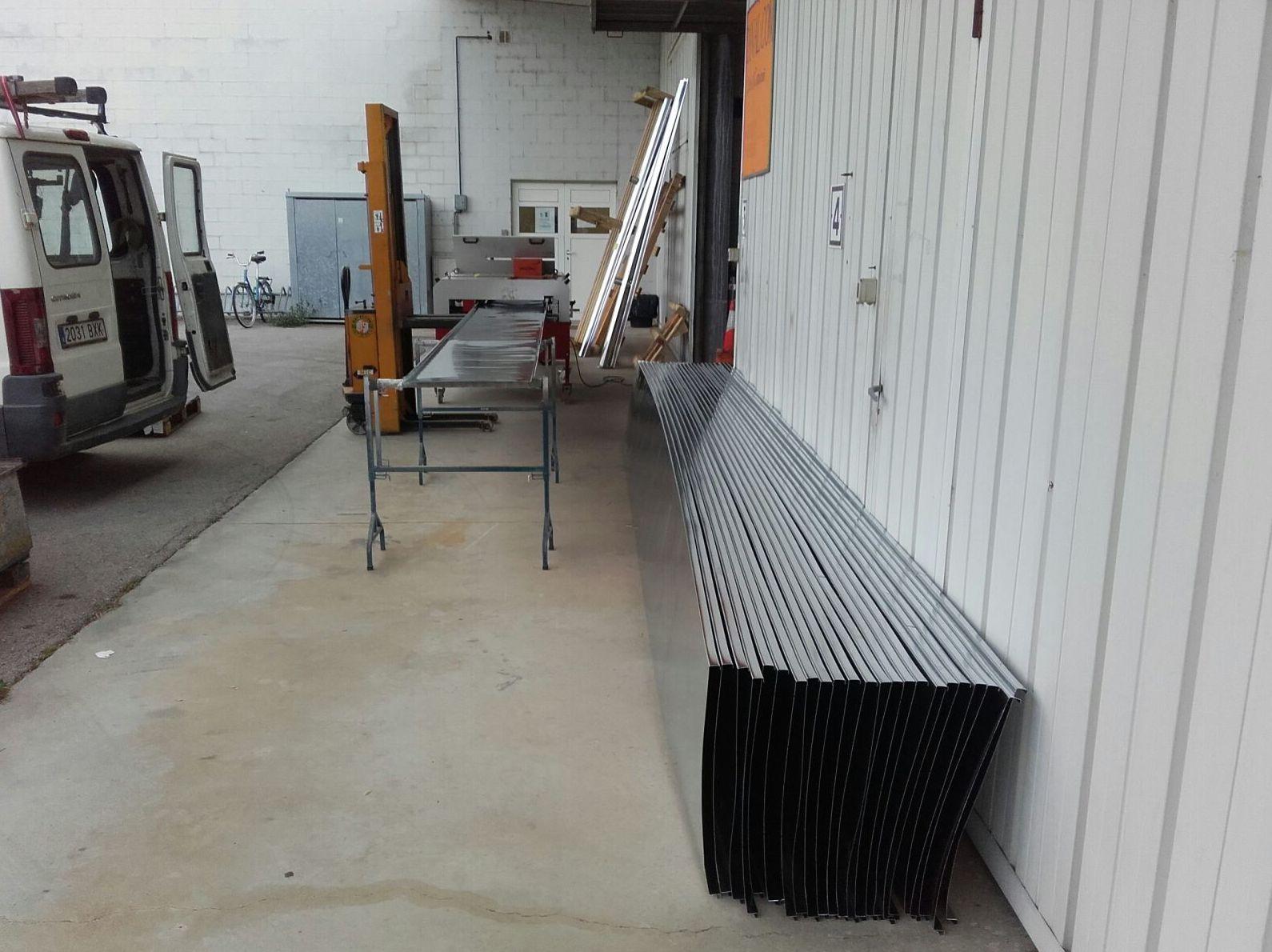 Fabricación de bandejas de zinc natural para cubierta con sistema de junta alzada en Girona
