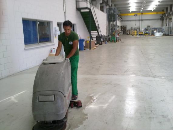 Fregado mecánico de suelos