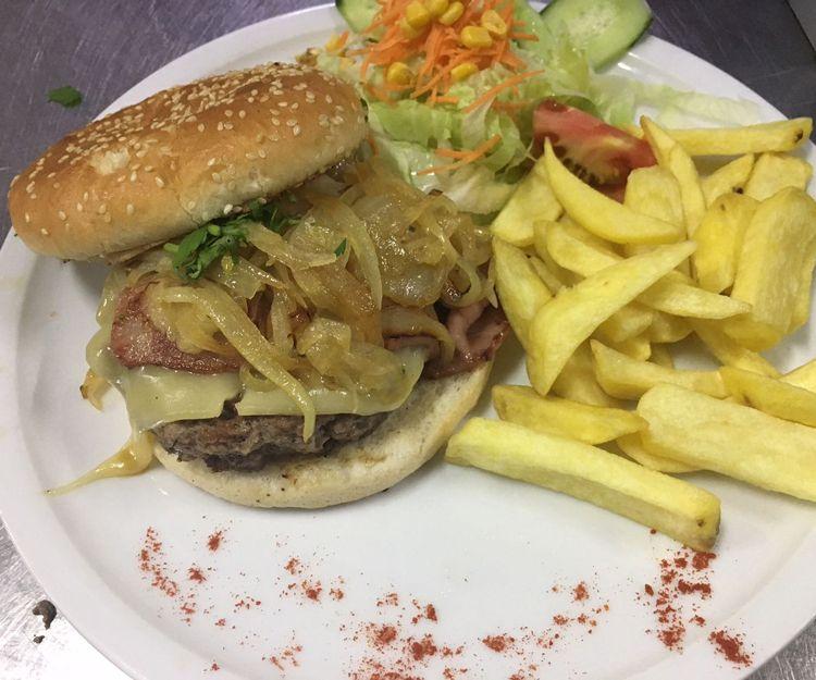 Hamburguesa con patatas en Mogán
