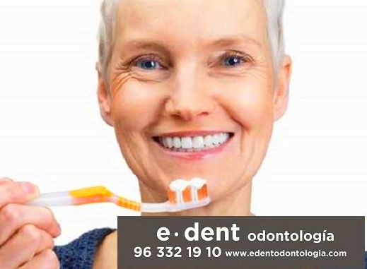 Implantes dentales Valencia }}