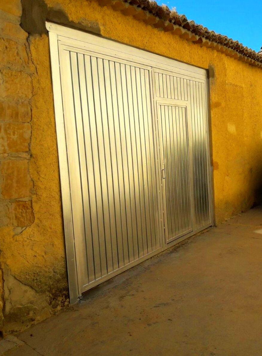 Porton basculante con puerta peatonal en acero galvanizado