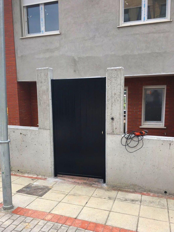 Puerta de acceso a vivienda, de hierro acabado negro en Derio