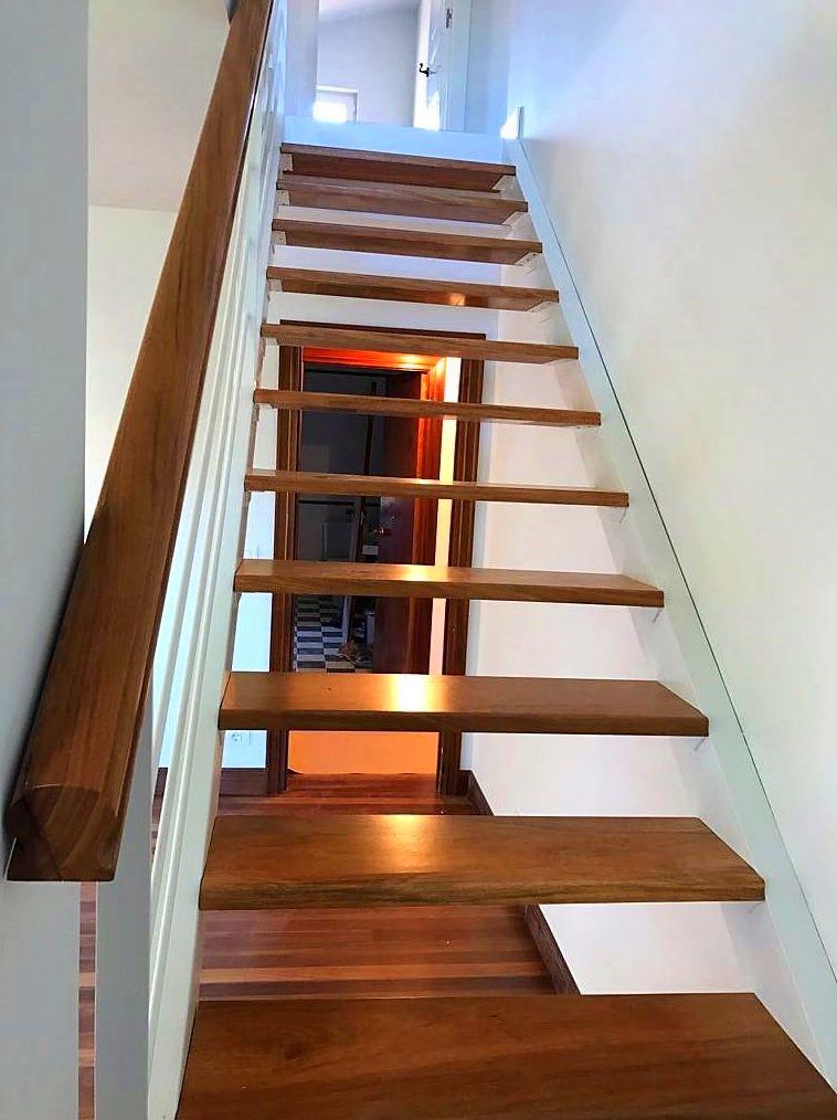 Escalera de hierro con peldaños de madera en Plentzia