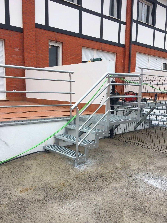 Escaleras con peldaños de tramex y barandillas en acero galvanizado