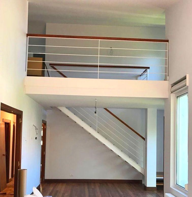 Escalera y barandillas en hierro color blanco en chalet Plentzia