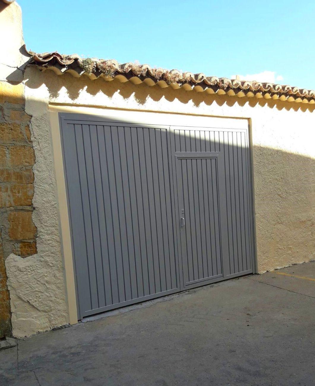 Puerta de garaje a medida en acero galvanizado con puerta peatonal pintado de gris en Zamora