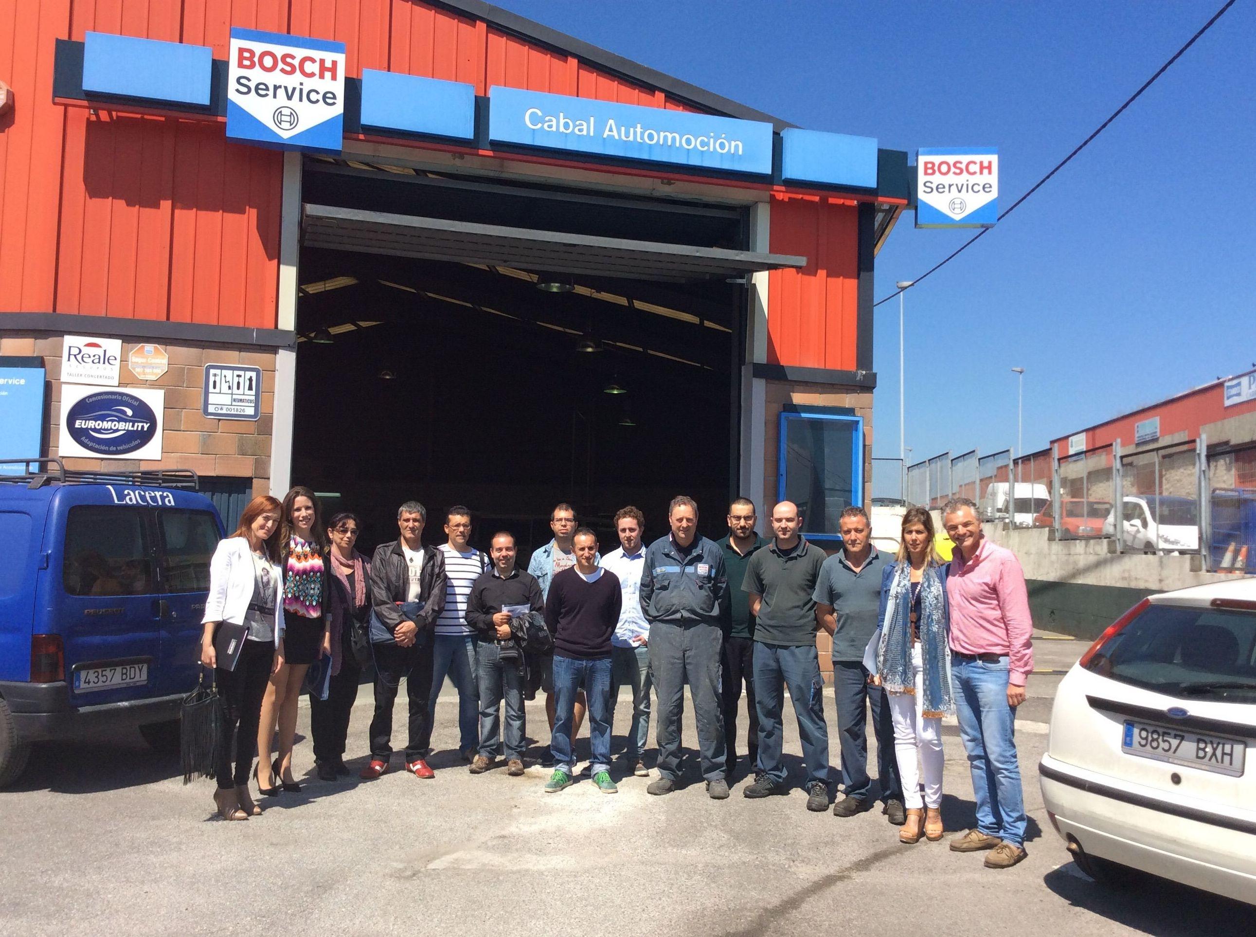 Cocemfe Asturias - Beneficiarios del programa PAJ visitan Cabal Automoción