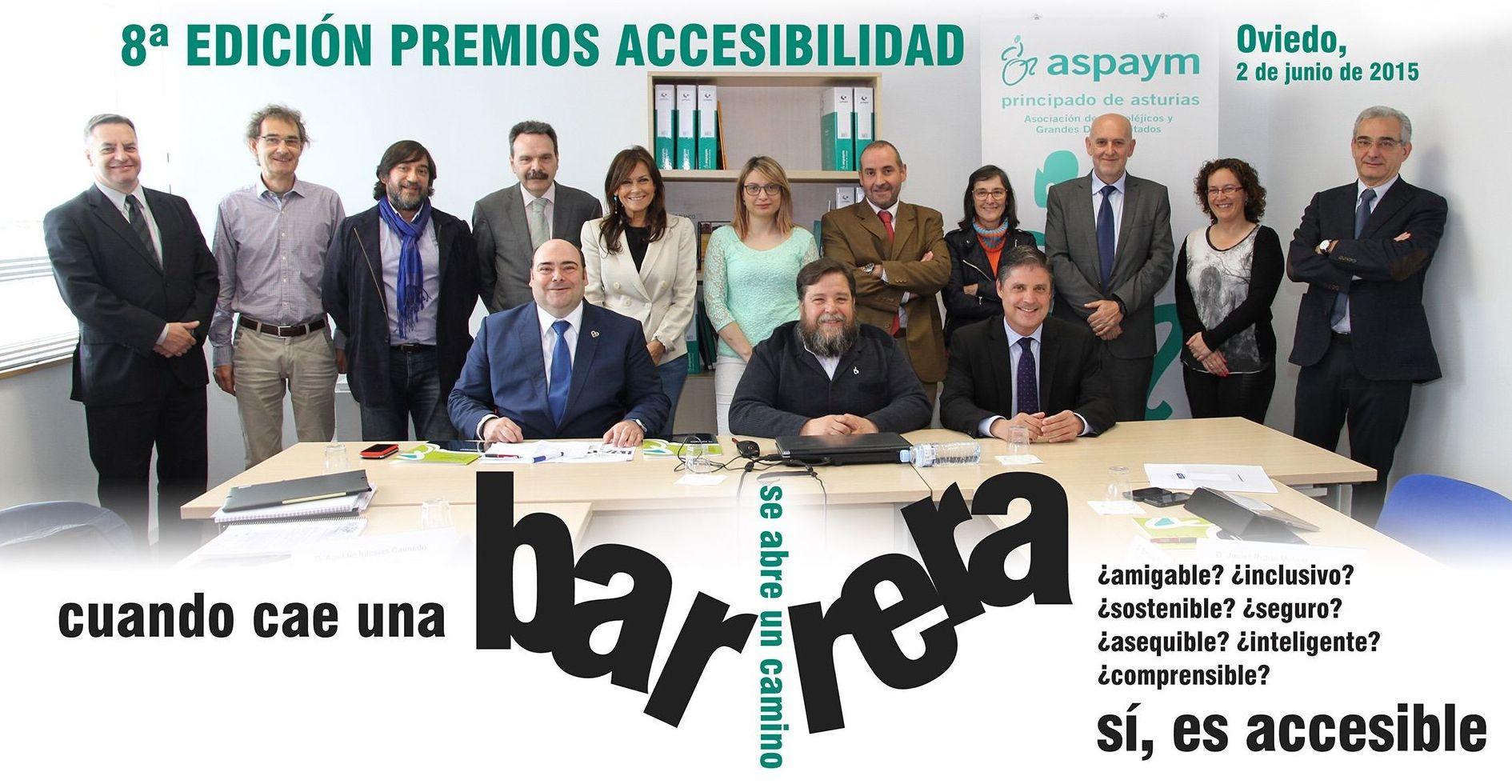 Javier Rubio Melgar, presidente de Aspaym Asturias rodeado por los miembros del jurado.