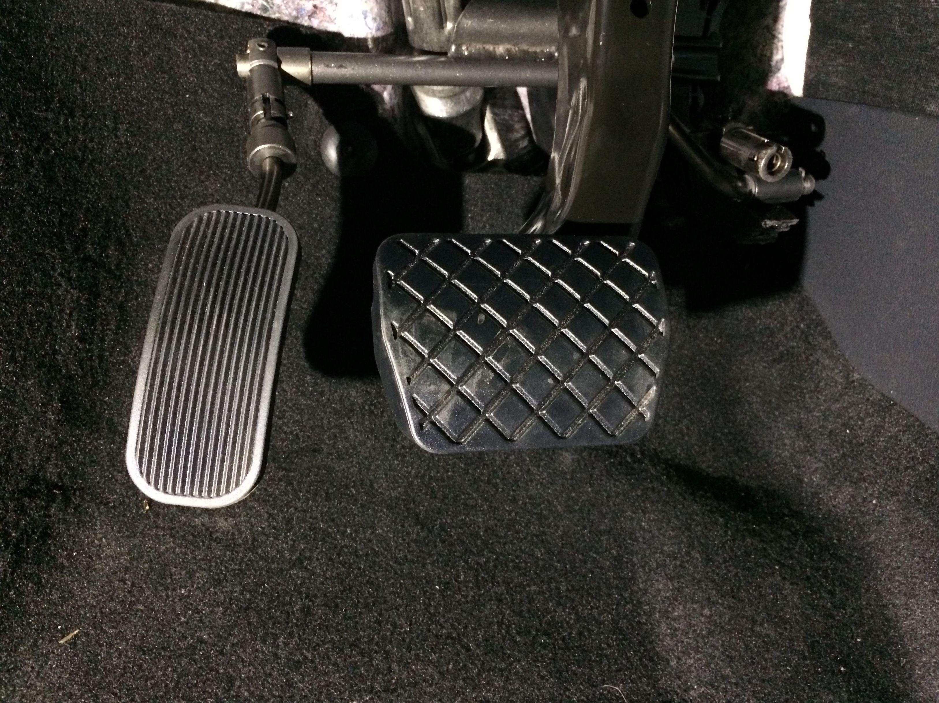 Adaptación de vehículos en Asturias. Inversor de pedal conducción adaptada a pierna izquierda