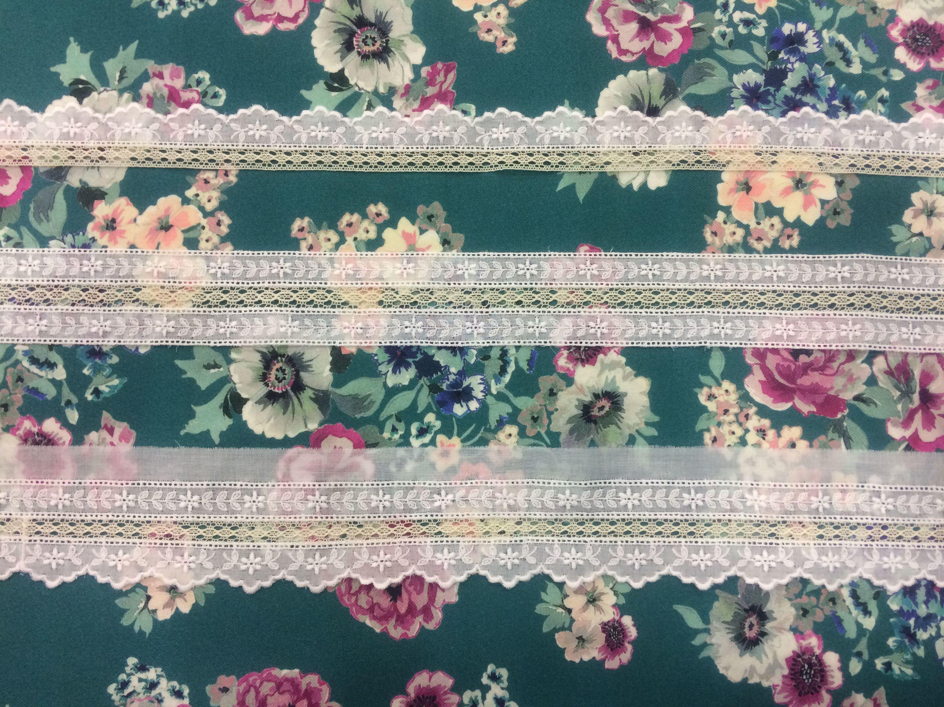 Encajes blanco y beige sobre estampado de Viyela